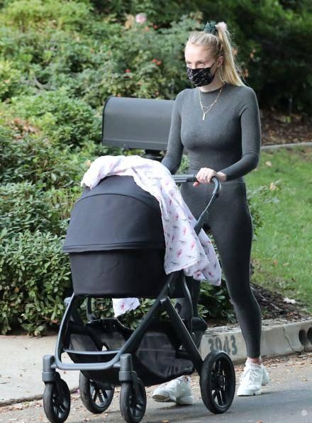 权游三傻外出遛娃,穿健身服身材抢镜,生娃4个月身材完全恢复