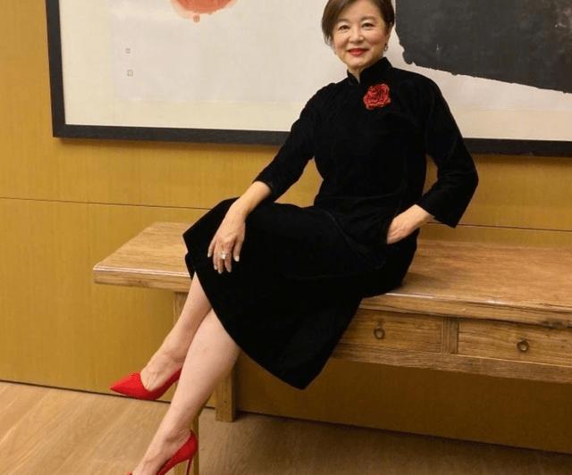 林青霞回归微博连发5条,网友戳穿真相:还不是为了推销书