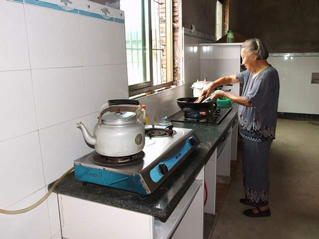 厨房中这5类食物是加速身体衰老的帮凶,不想老态龙钟,少吃为妙