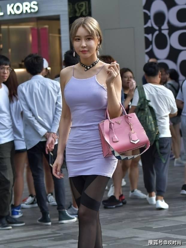 街拍:大露背的吊带裙美女穿着很性感,但是男朋友