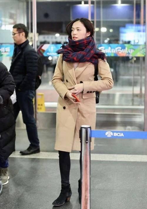 原创             姚晨现身机场,皮外套与风衣叠着穿,穿的越松垮反而更时髦!