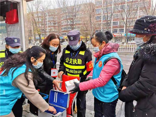 米东区兵妈妈巾帼志愿者入冬前为爱心药箱添置药品