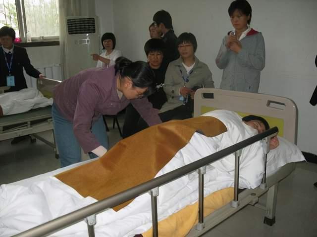 为何欧美很少有长年卧床的老人?晚年也不去医院受罪,原因有3点