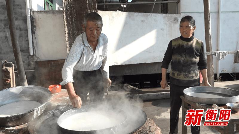 衡山县:推广传统美食促增收 手工红薯粉皮村民加工忙