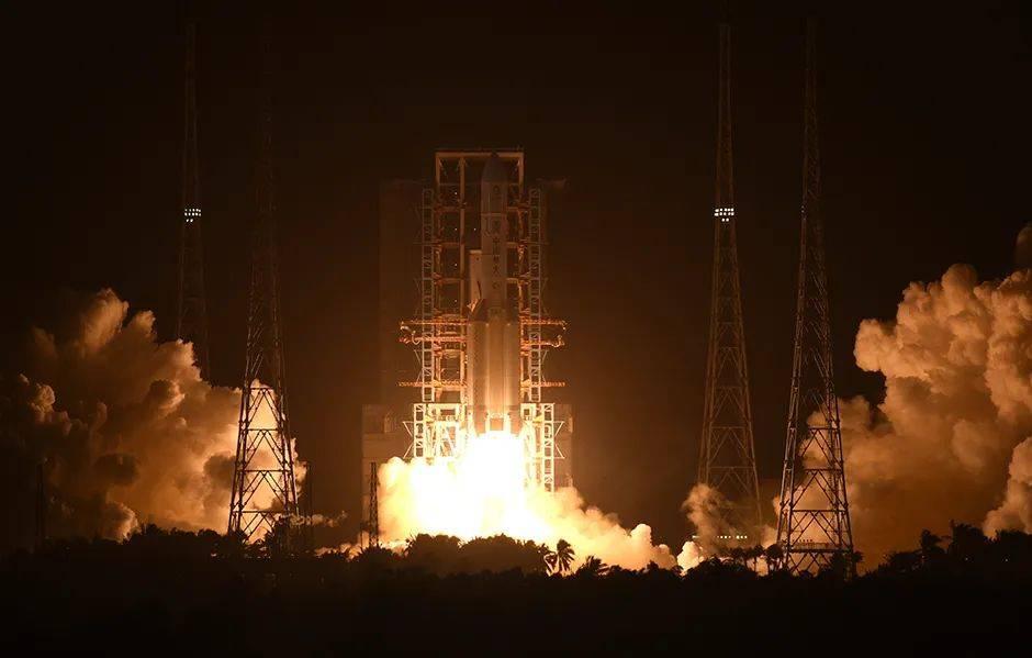 """原创 """"嫦娥五号""""成功发射!将带回中国采集的第一杯月壤"""