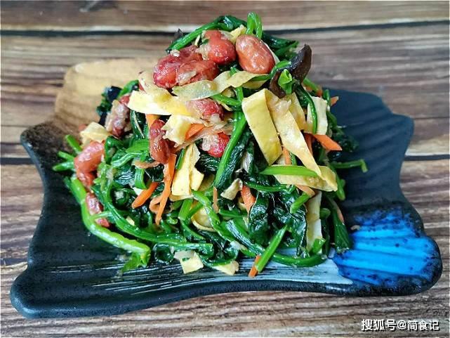 凉拌菠菜,怎样做翠绿又嫩滑?大厨:多加1步,跟饭店的一样好吃