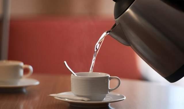 多喝水对身体健康好?但营养师提醒:4种水多喝无益,不喝最好