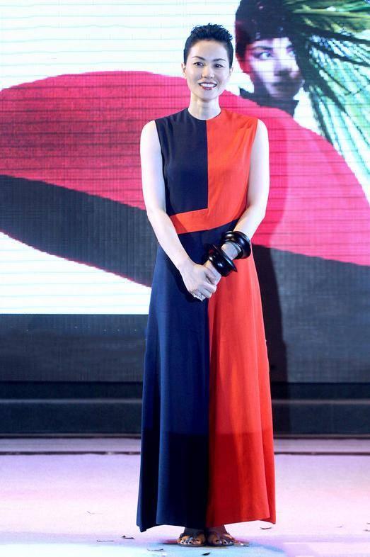 组图:金晨女团风上衣秀纤细小腰 不规则短裙秀美