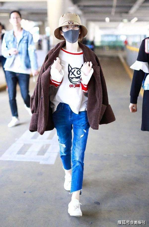 原创             小个子冯提莫真会穿,羊羔毛外套配白裤,穿出了她最佳身高比例