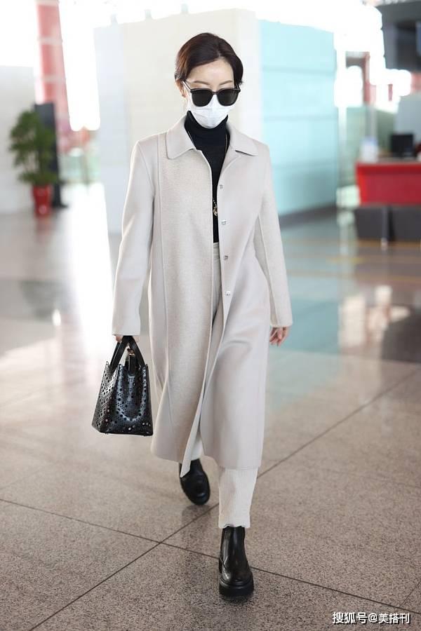 原创             陈数太会穿了,燕麦色大衣配燕麦色萝卜裤,这高级感一般人学不来