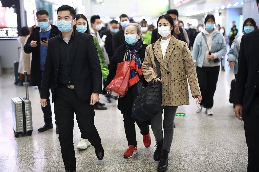 原创             李明启现身机场,斜挎红色大包还放前面,这种背法够潮的啊!