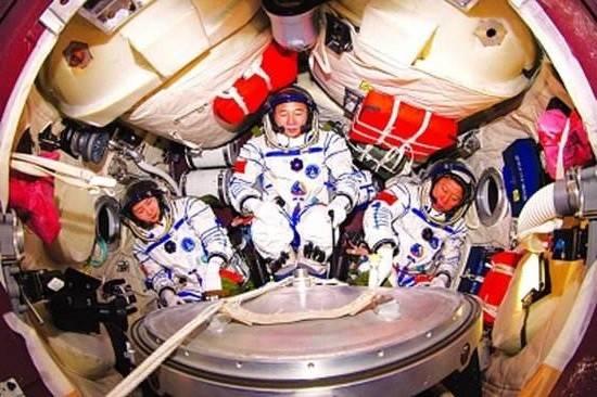 航天员从太空回来后,为啥都是坐在椅子上被抬出来?这关乎性命