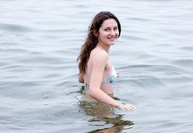 夏天的北戴河,俄罗斯美女尽情展示傲人身材,最后一张好惊艳