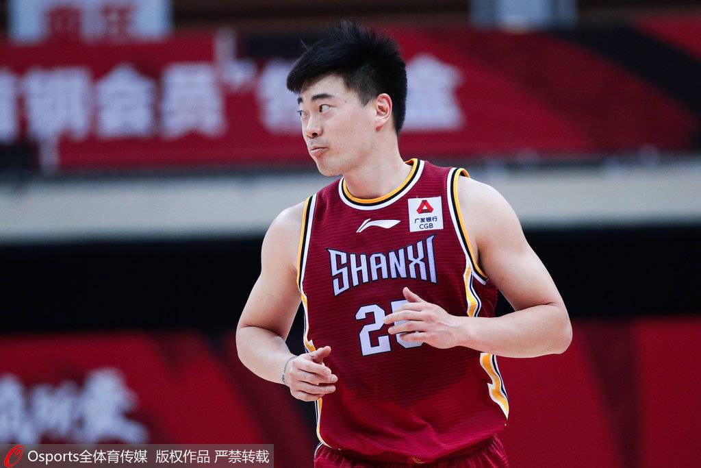 张涵钧从左面直接持球加速强杀入禁区,上篮得手