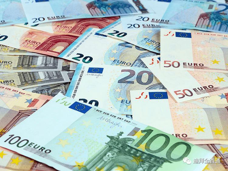 土豪打套路!迪拜一名商人在网上名人街上扔5万欧元假币,想抽粉...
