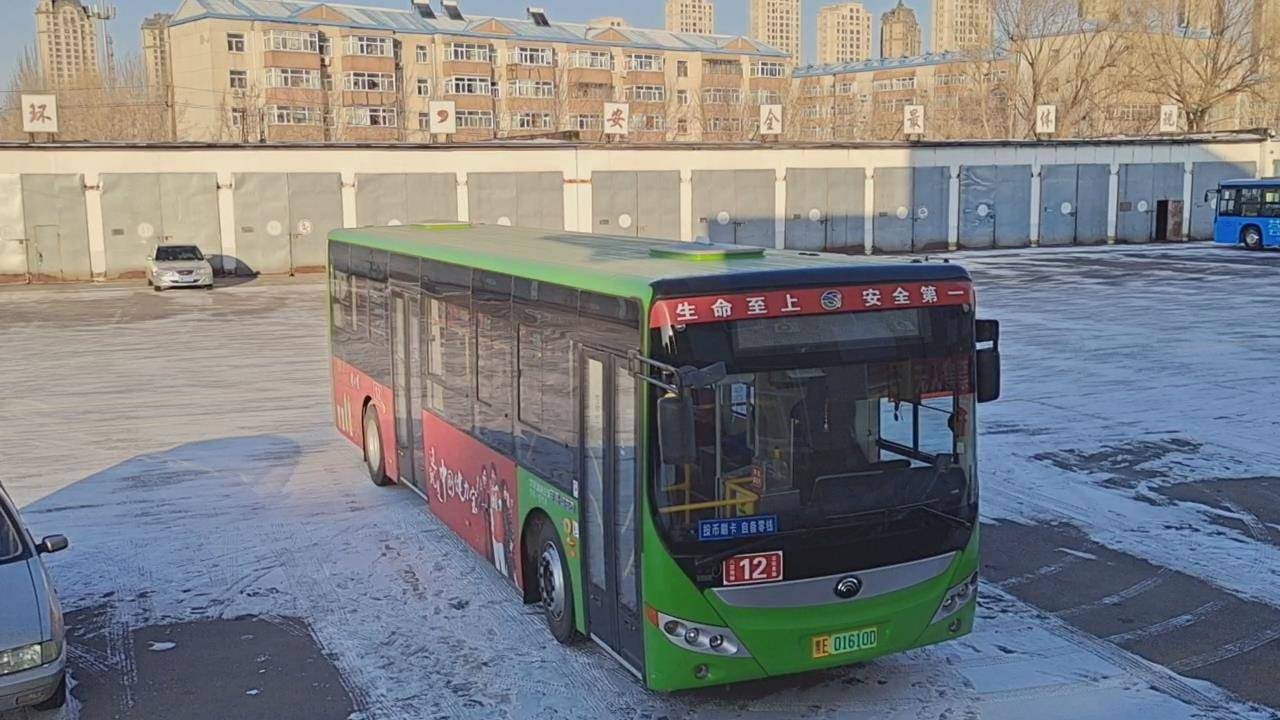 公交车没到站乘务员却跟乘客回家?背后原因太温暖