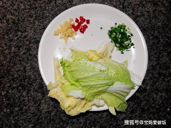 【im体育官方网站】 很简朴的白菜豆腐煲:热热乎乎来上一锅 汤汁拌饭超好吃(图4)