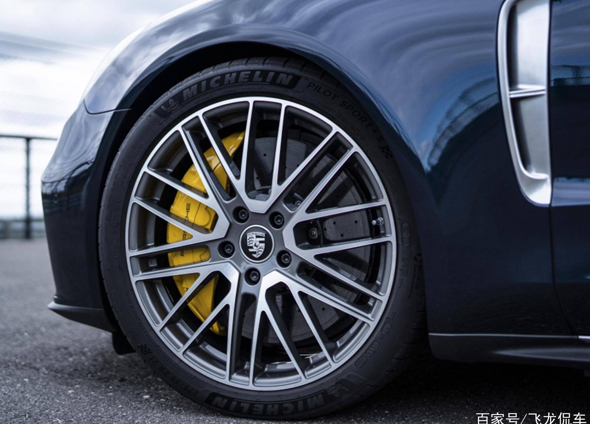 最初的成功人士是标准的。这款行政级汽车长5.2米,配有4.0升V8发动机。真的很有型