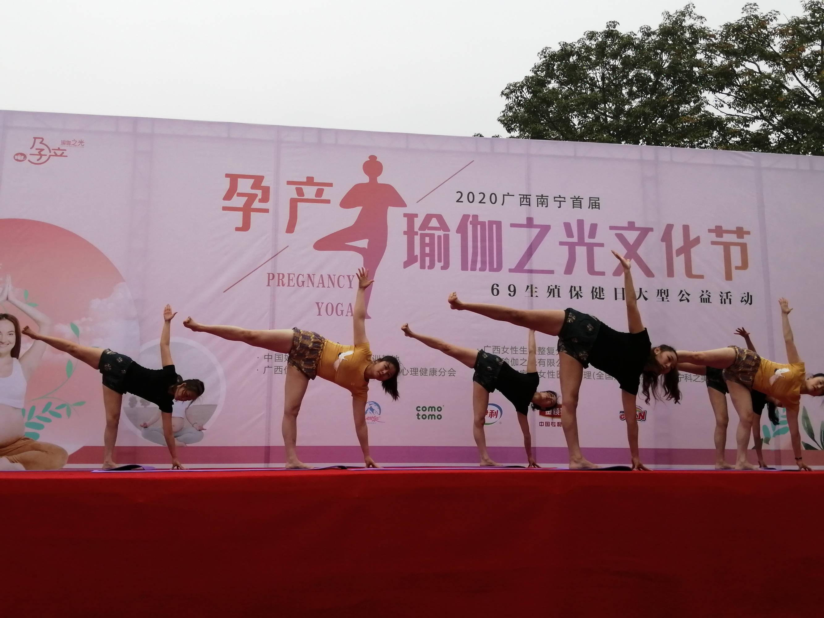 瑜伽教练表演孕产瑜伽,动作很到位,难度也不小!