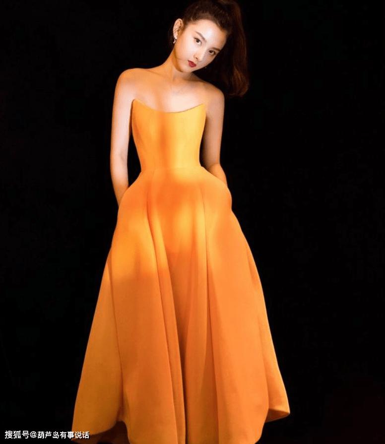 原创             年轻小花的女人味打扮,张子枫V领超显白,虞书欣有夏日的味道