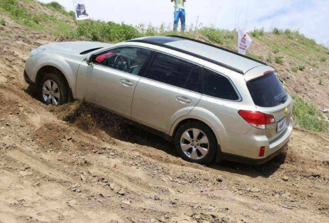 开自动挡上坡就跟油门过不去?老司机:这样不但上不去还毁变速箱