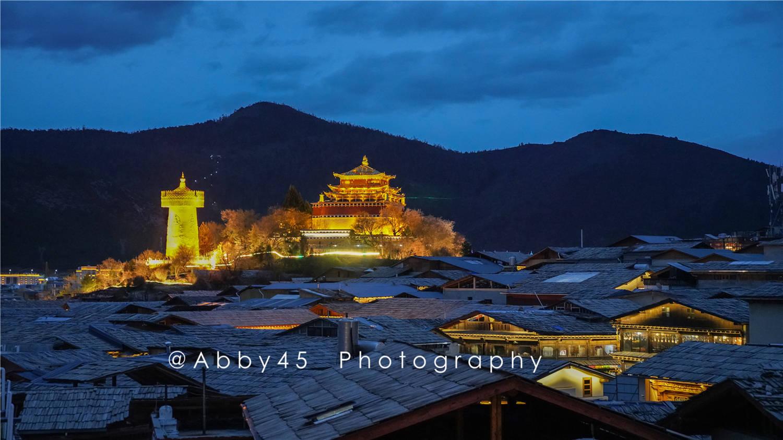 """云南有个建在石头上的城堡,被称为""""月光城"""",是最大的藏民居群"""