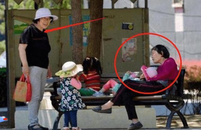 小区里,48岁妈妈和48岁奶奶同带孩子,两人差距不是一般大