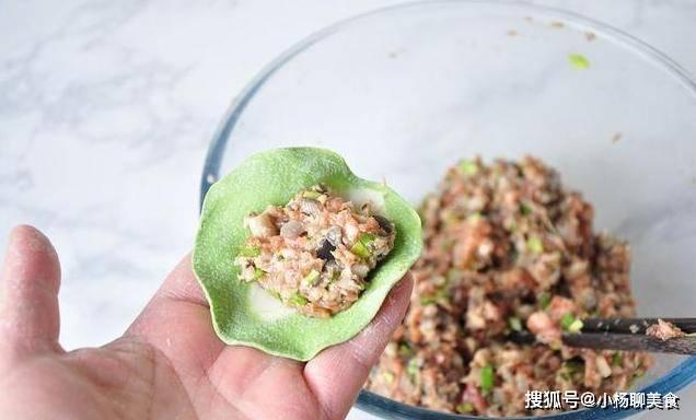 想要包出鲜美多汁的饺子,掌握好馅料的比例最关键,皮薄嫩滑