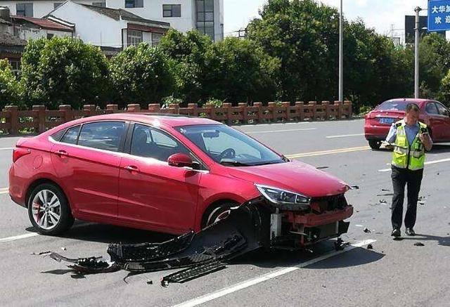 老司机提醒:追尾后对方全责,拿完修车费后,别忘了这3笔赔偿