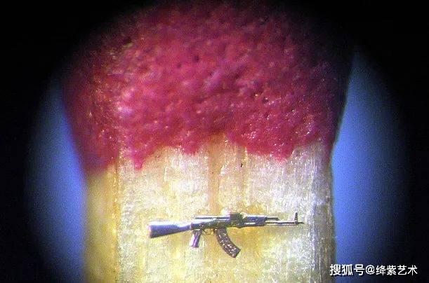 他创造微雕作品要用到显微镜,想看一眼,都得放大才能看清