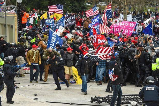 两名国会大厦警察因在骚乱中有不当行为,被停职,另有多人被调查
