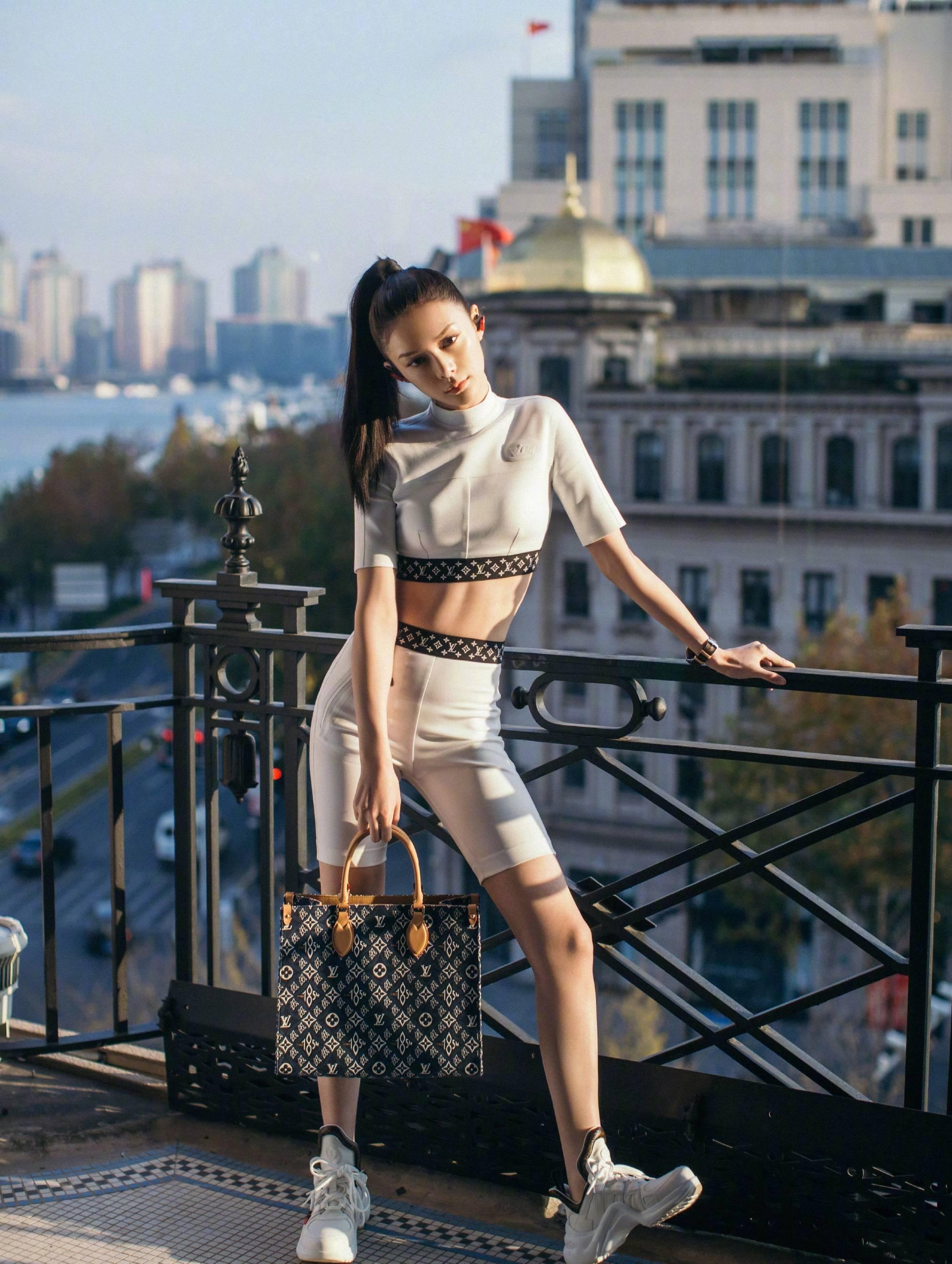 原创             傅菁清冷气质太吸睛,穿印花塑身套装展完美曲线,身材好极了