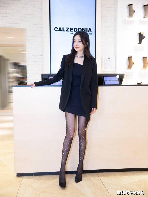 原创             杨幂最新路透,西装短裙配黑卷发又美又飒,波点丝袜拉低了美腿