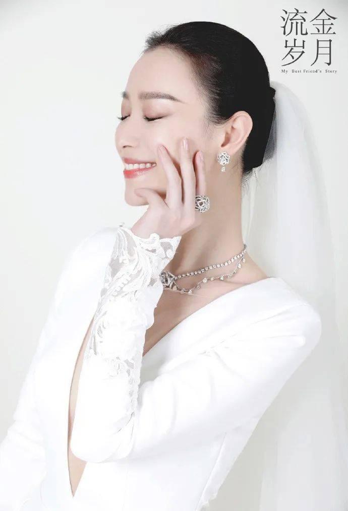 原创             倪妮穿深V婚纱大秀香肩锁骨!凹凸有致好身材性感撩人