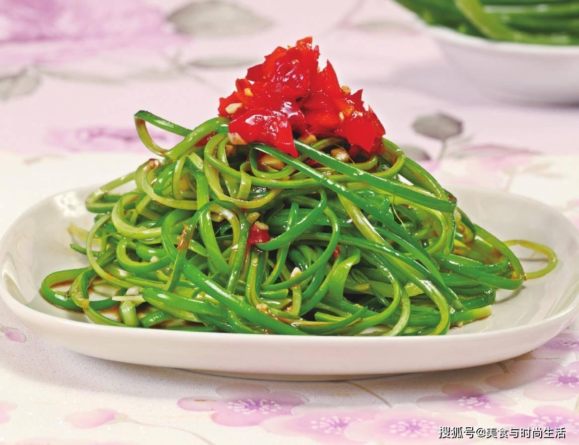 除了炒肉,原蒜苔是另一种吃法。当它被撕成条状时,就被端上桌,吃得比上瘾还多