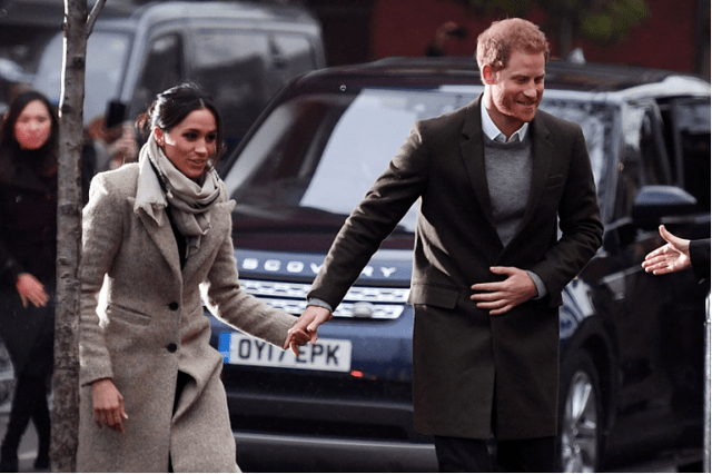 原创             梅根美出了自我,离开皇室依然高贵优雅,灰大衣阔腿裤笑容好灿烂