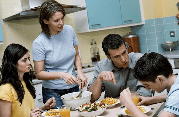 餐桌看人品,孩子吃饭时的两个表现,说明情商低,前者最难忍  第3张