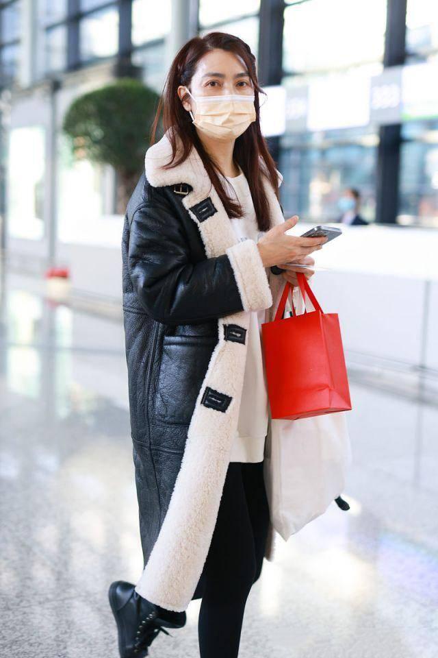 原创             洪欣素颜状态绝了!穿羊毛绒大衣时髦有范,皮肤白嫩不输小姑娘