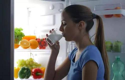 """经常睡前喝牛奶会""""慢性中毒""""?告诉你5个最适合喝牛奶的时间段"""