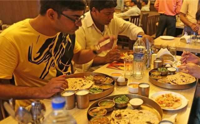 印度人吃饭的方式真奇葩,遇上中国火锅,看一下他们是怎么吃的!