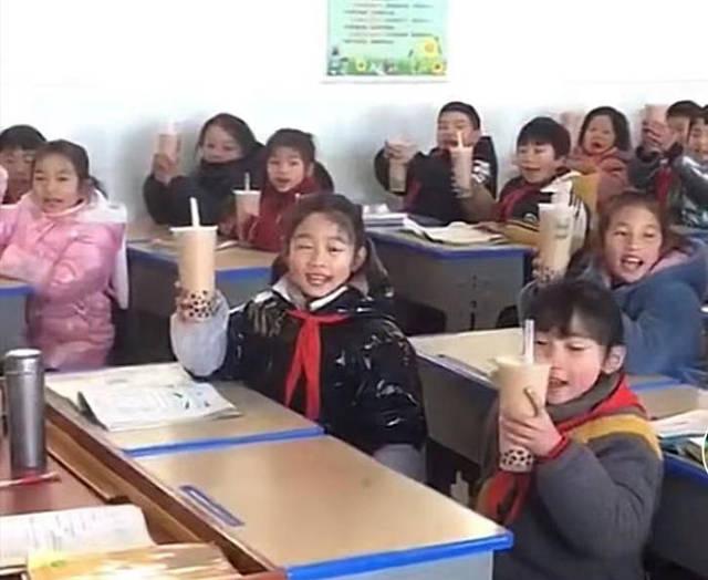 """天太冷,家长给全班同学送温暖,却遭网友""""炮轰"""":别给我娃喝"""