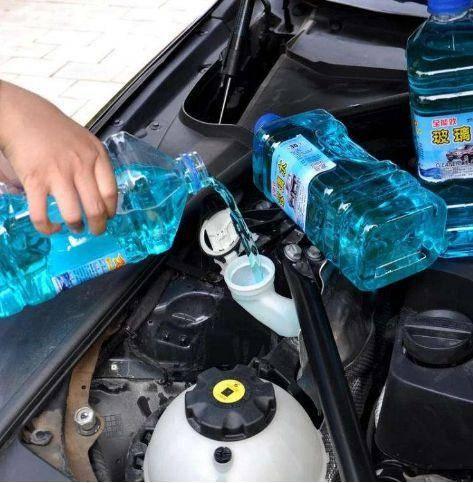汽车里面玻璃水没有了,可以自己加吗?老司机都知道