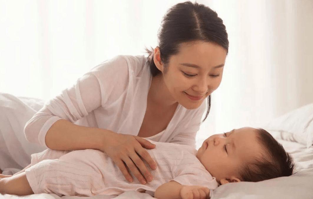 """小婴儿何时能开始""""睡整觉""""?宝妈提前做好引导,晚上带娃更轻松"""