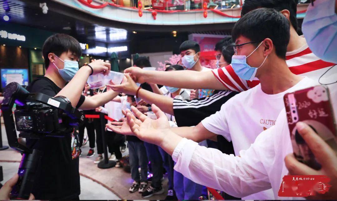美乐城第二届吃货节燃情开幕!小龙虾宴免费分享,现场嗨翻了
