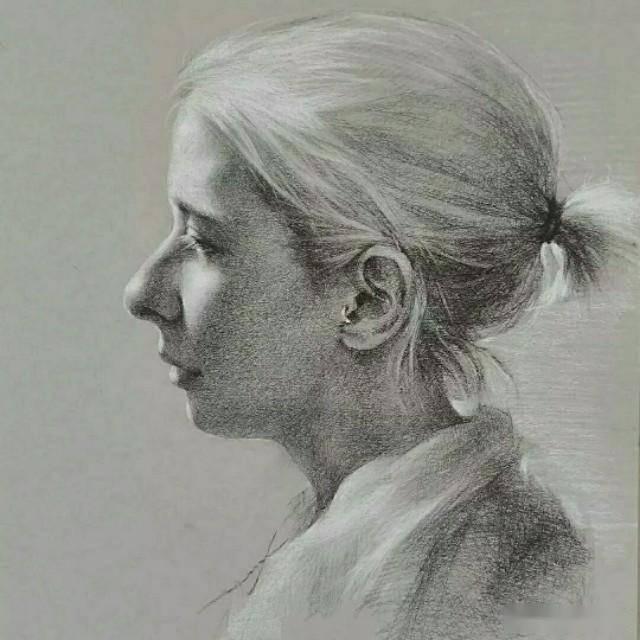韩国首尔艺术家人物肖像素描,写实的笔触即讲究形,也讲究意图片