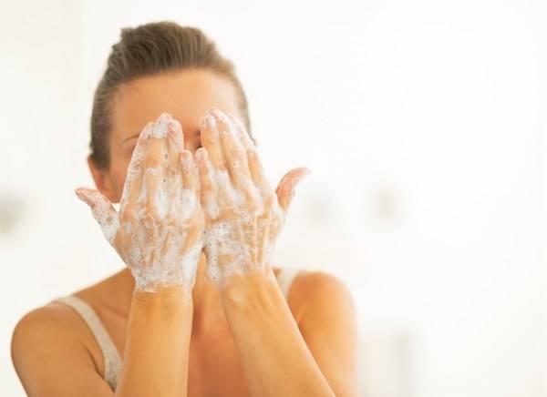 """24岁花季少女用护肤品导致""""烂脸"""",专家:过度护肤也是一种罪"""