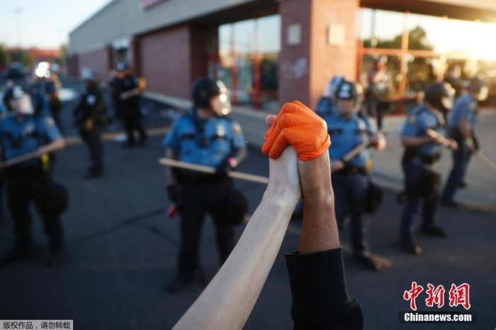 美明尼阿波利斯市宣布宵禁 数百人聚集在白宫外示威