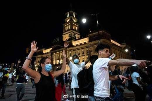 美国骚乱愈演愈烈!一示威男子遭枪击身亡,CNN总部被砸,五角大楼派军警部队前往明州