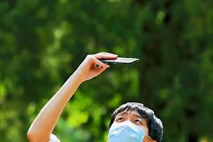 街拍:北京新增本地确诊病例36例,人们又纷纷戴起了口罩(图)