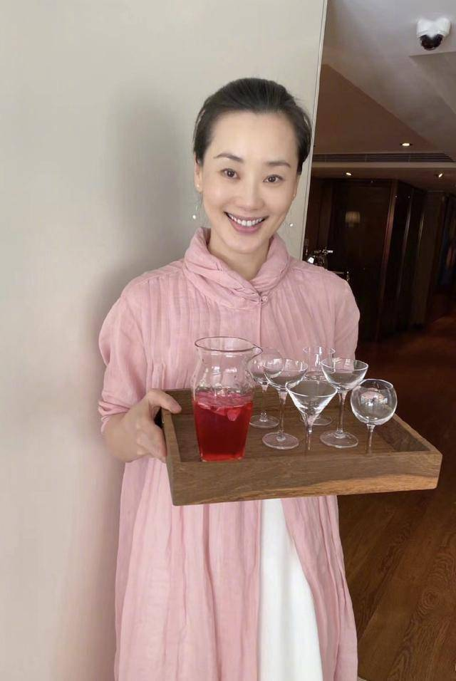 林依轮晒全家福庆结婚25周年,西华泡茶作画显优雅,儿子帅气出镜